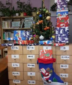 Zdjęcie biblioteki szkolnej -świąteczna dekoracja