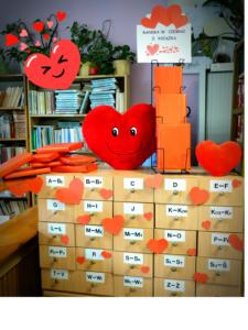 Zdjęcie biblioteki udekorowanej na Walentynki